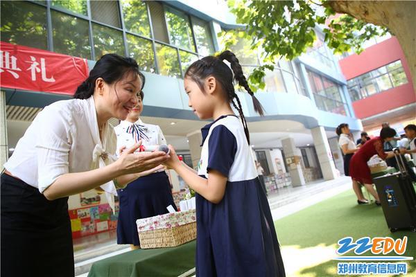市实验幼儿园党总支书记张莉为孩子颁发毕业证书