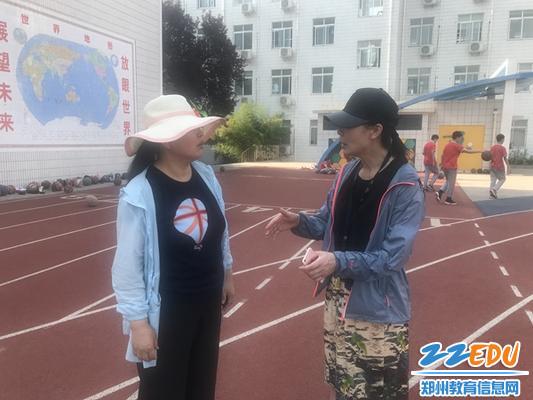 裁判员安老师篮球结束和董老师交流考试情况。