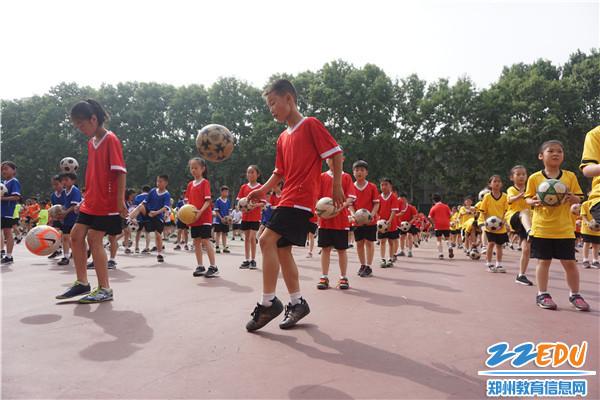 1金桥学校大课间面向全体学生进行足球技能练习