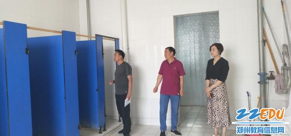 5实地查看教学楼男卫生间改造项目