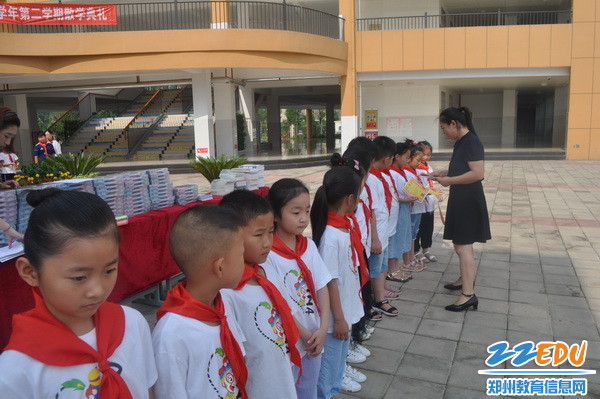 曹金凤校长为优秀学生颁奖_调整大小
