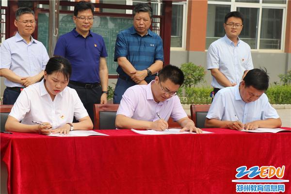 高新区社会事业局副局长盛喆与双龙湾、徐家湾镇乡主管教育领导签订教育帮扶战略合作协议
