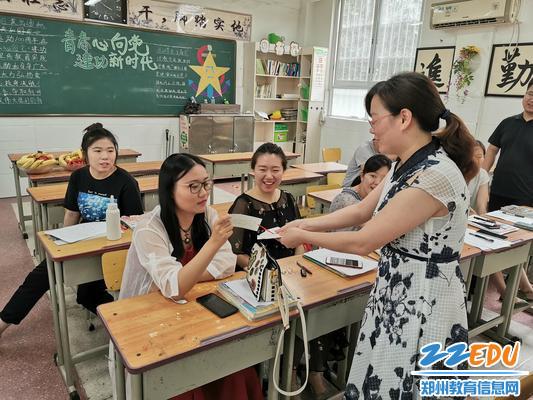 1 青年教师们当场抽签决定上场顺序