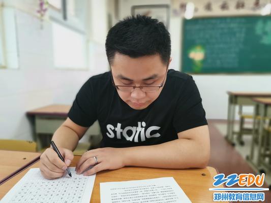 2信息技术杨志超老师钢笔字比赛中