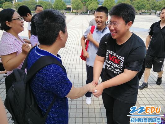4.走出考试时,师生的那一个温暖的握手