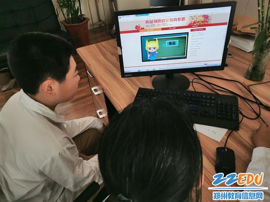 2、学生通过安全平台学习戒毒专题讲座_20190625165607