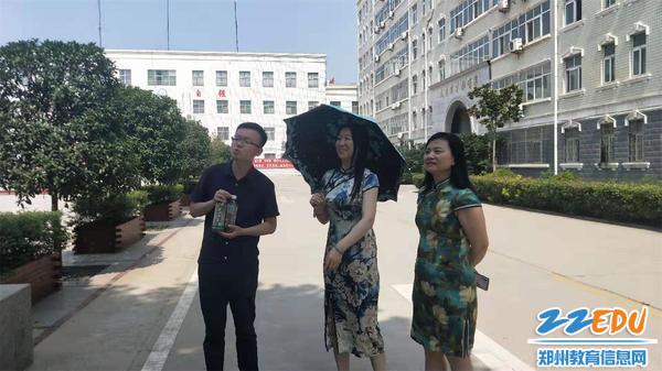 学校领导看望送考老师赵亮