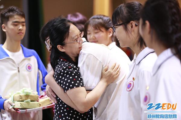 薛莹校长和学生热情拥抱