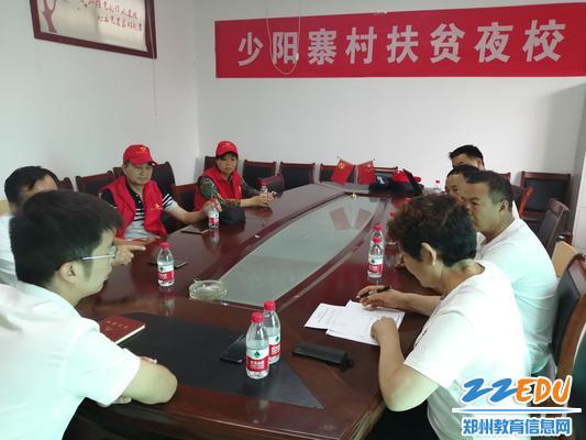 少阳寨书记胡荣先在捐赠物品清单上签字