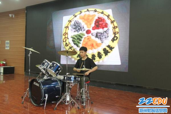 IMG_1李毅阳同学带来的架子鼓表演引爆全场
