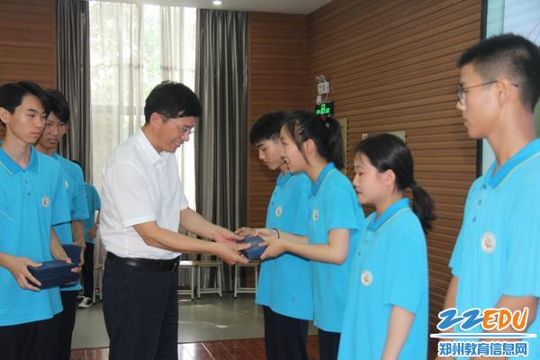 IMG_4张好武校长向毕业生代表赠送毕业礼