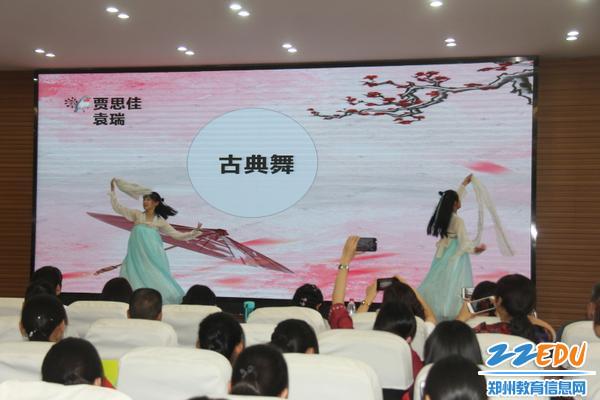 IMG_6贾思佳、袁瑞同学表演古典舞,尽显优美古韵