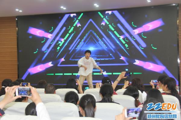 IMG_10禹俊业同学街舞表演,赢得阵阵掌声