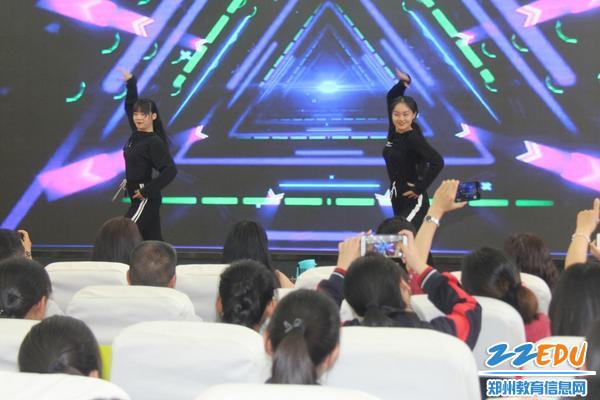 IMG_11关钰琪、李木子同学带来专业的拉丁舞表演