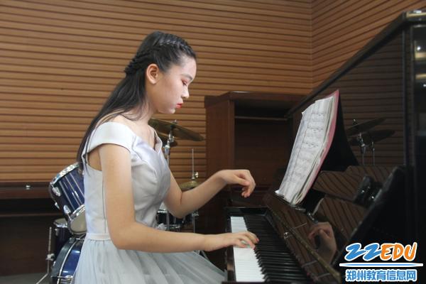 IMG_16李宁同学为诗歌朗诵钢琴伴奏,节奏优美、舒缓