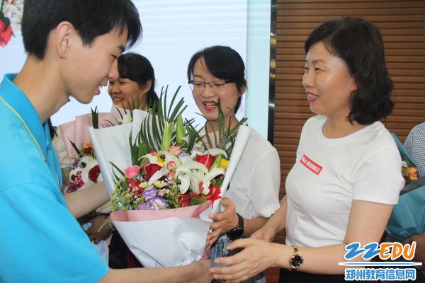 IMG_17毕业生代表向校领导及九年级教师献花