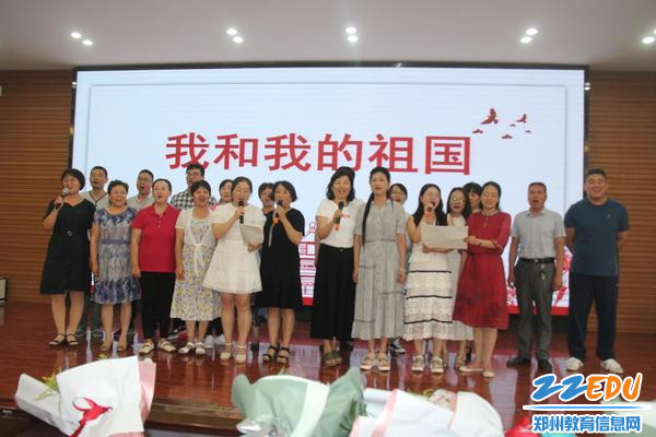 IMG_18教师们合唱《我和我的祖国》,为毕业生进行最后一节爱国教育课