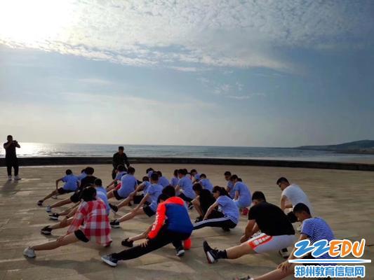 7同学们在大海边进行晨练