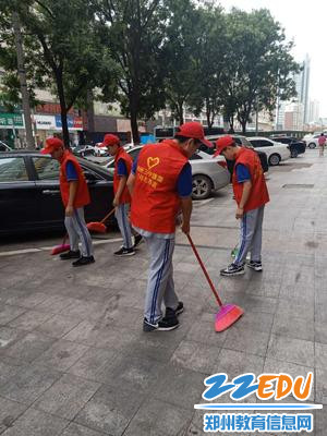 卫生小组认真清扫道路