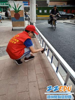 擦拭栏杆的志愿者