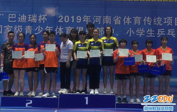 高中女子团体冠军领奖