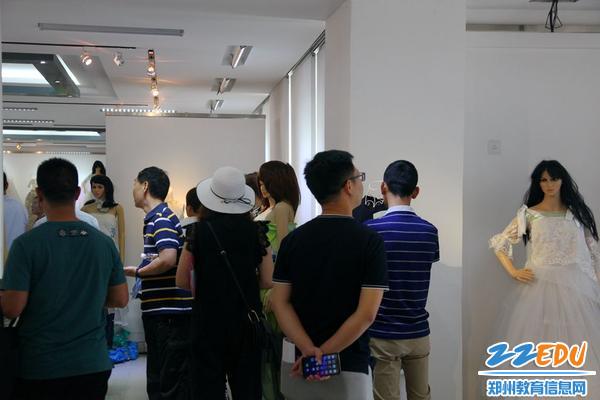 4.参观服装展厅