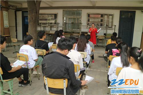 校团委副书记郑丽影给志愿者们分工并讲解垃圾分类标准