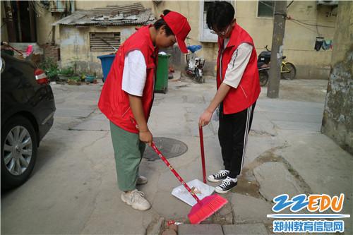志愿者打扫社区胡同卫生