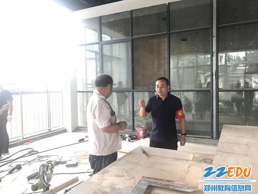 市实验幼儿园后勤主任郭振华对施工人员提出禁烟要求