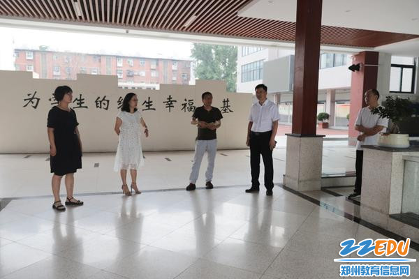 IMG_1赵振江副主任在52中学校领导的陪同下实地考察教学楼环境建设