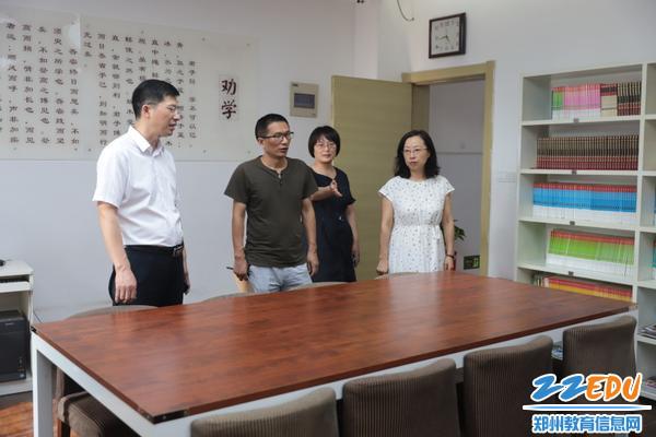 IMG_6检查组对学生阅览室的环境给予好评