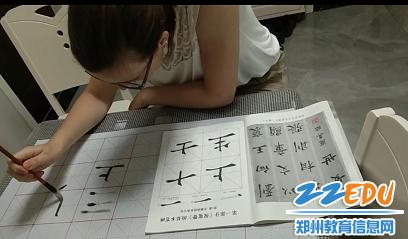 尝试用毛笔书写汉字