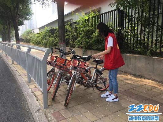 【图2】整理共享单车的停放