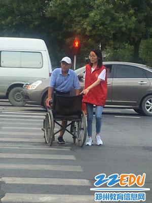 【图3】帮助年迈老人过马路