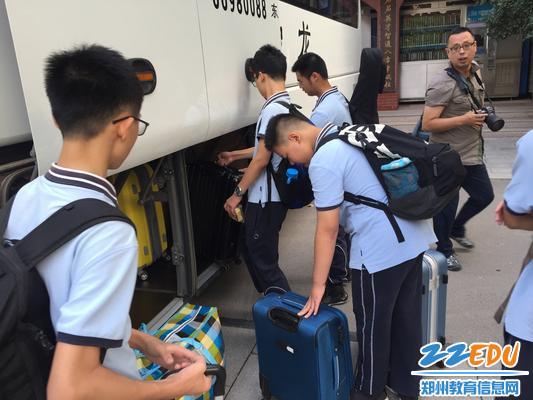 学生们收拾行李出发
