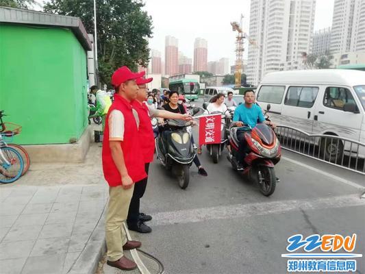34中教师志愿者参加文明交通引导