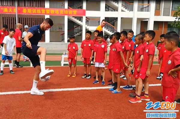 9外籍教练与小球员互动