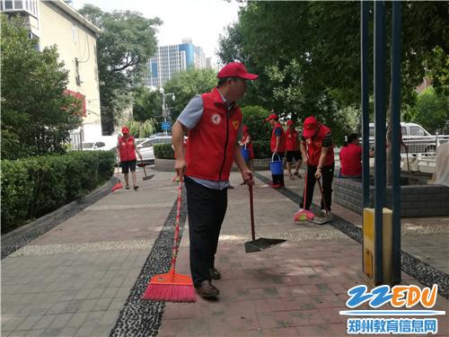 宋志强书记带领党员志愿者参加清扫活动