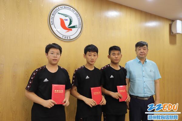 13河南省击剑队主教练徐军为男子团队颁奖