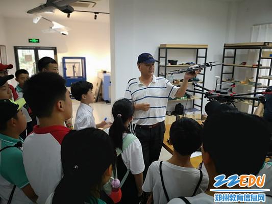 黄志安老师为学生讲解无人机知识_爱奇艺6