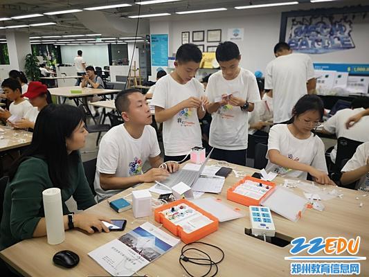 王远荣副校长、张哲斐老师与学生一起体验项目式学习_爱奇艺7