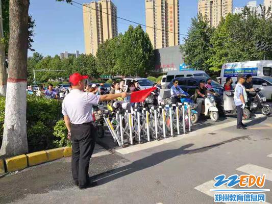 郑州63中教师志愿者紫荆山路口指挥交通
