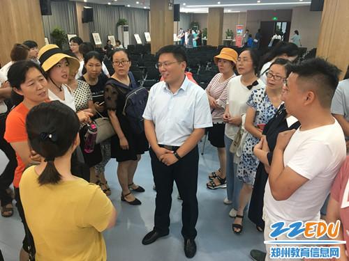 5.结束后仍有大量听众自发留下与刘忠校长进行交流