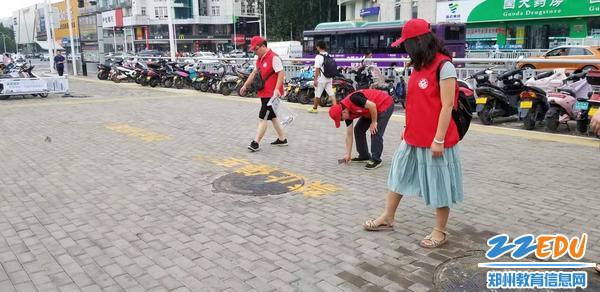 志愿者们清洁地铁站附近垃圾