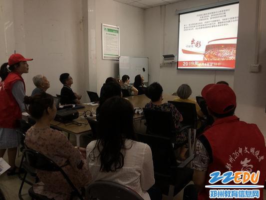 志愿者张盼盼为社区居民介绍民运会知识