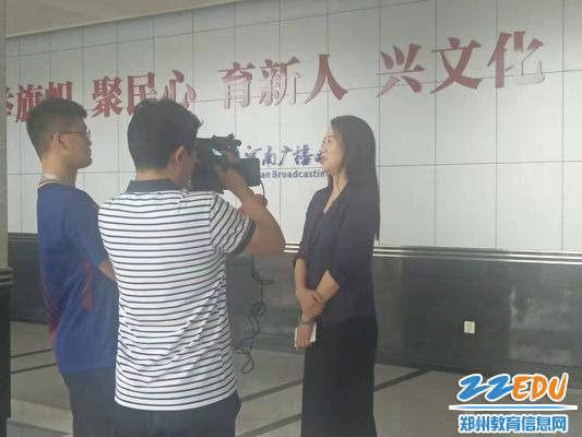 郑州34中校长易峰接受河南电视台都市频道记者采访
