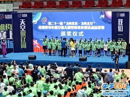 2获奖学生在领奖台上接受颁奖