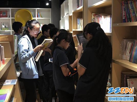 7学生在书店购书