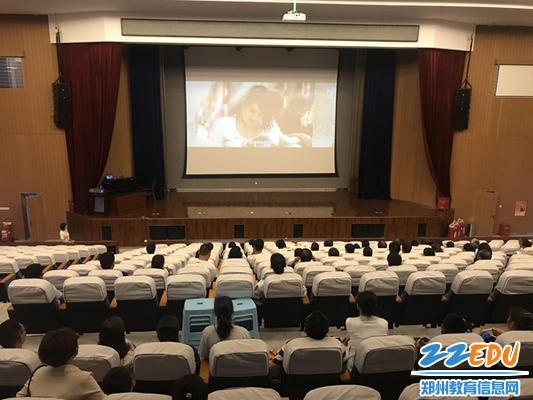14家长在报告厅看电影