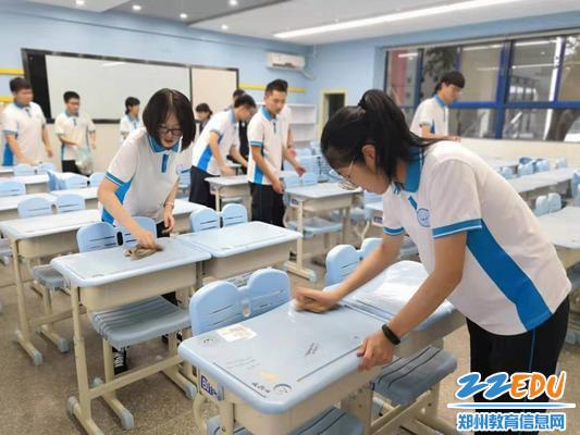 郑州47中高三学子为即将入校的新生打扫班级卫生
